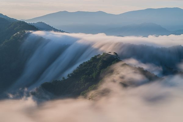眼下に雲が流れ落ちる絶景「枝折峠の滝雲」